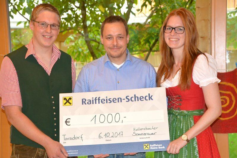 Thomas Hollersbacher und Johanna Sommerauer von der Tarsdorfer Landjugend mit Sonneninsel GF Thomas Janik bei der Spendenübergabe