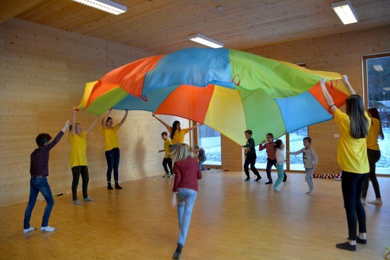 Sonneninsel Seekirchen Weihnachtswerkstatt: Spiel mit dem Regenbogentuch