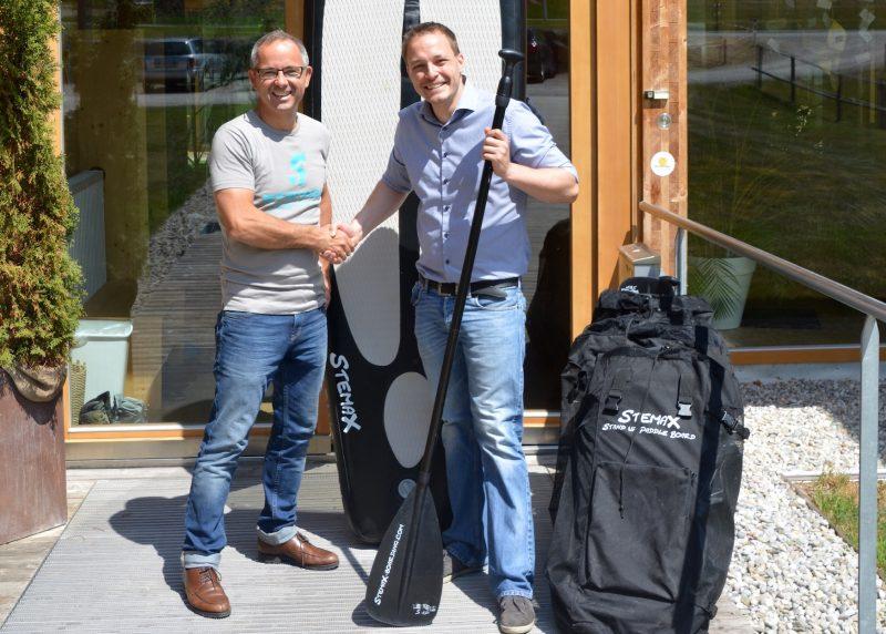 © Sonneninsel, Stemax Boarding Geschäftsführer Stephan Hörl (GF Stemax Boarding) und Thomas Janik (GF Sonneninsel Seekirchen)